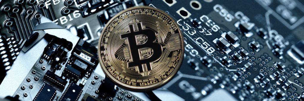 Der Bitcoin liegt auf einer Platine. Kryptowährungen existieren nur virtuell.