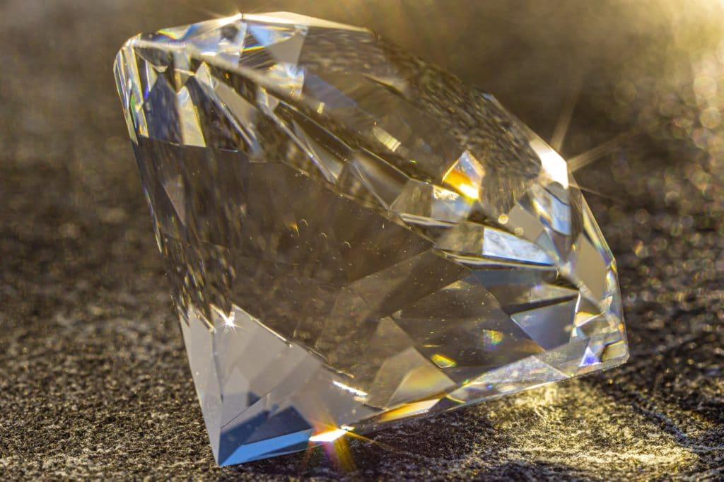 Ein Diamant bricht das auftreffende Licht in sein Spektrum