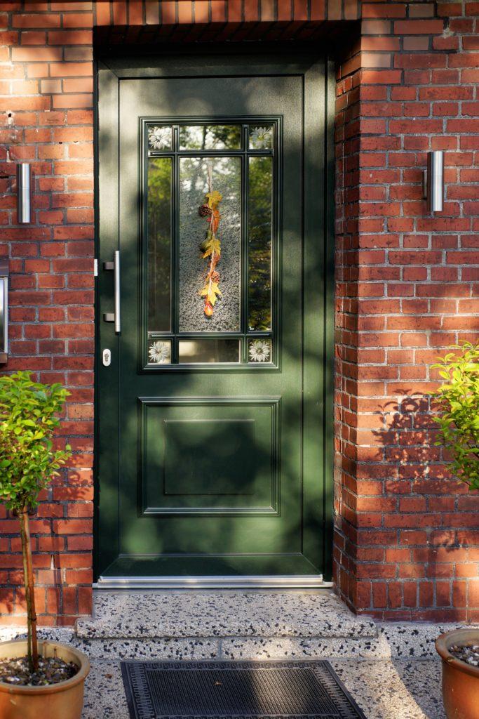 Eine schöne Haustür erfreut den Postboten.