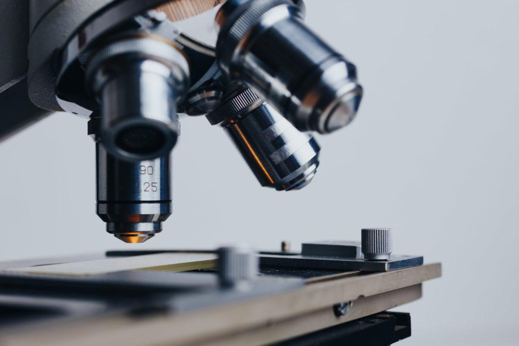Das Osmium wird unter dem Mikroskop in seiner Kristallstruktur dokumentiert.