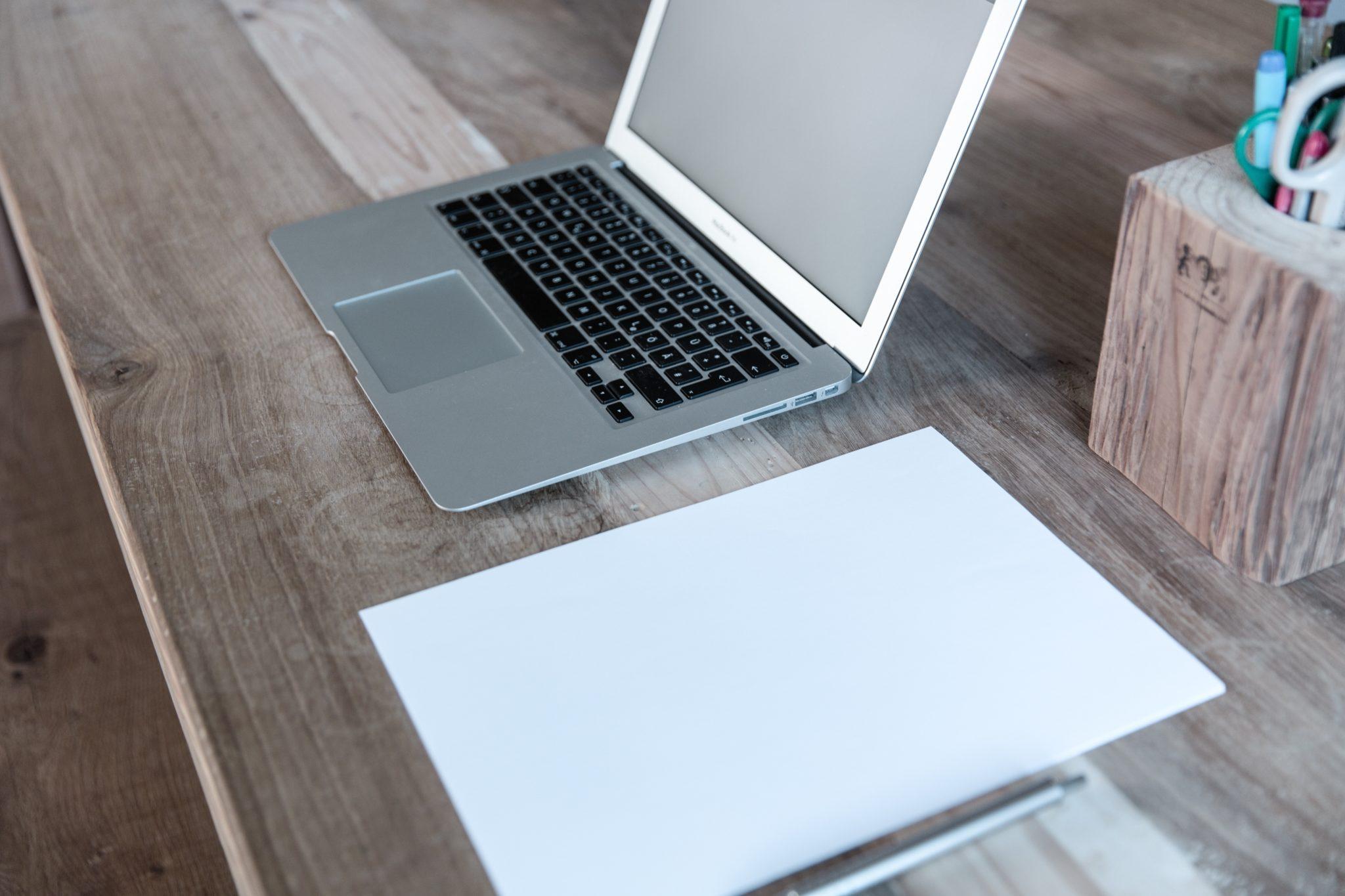 Online arbeiten und informieren ist in Finanzbereichen wichtig und kann Geld sparen.