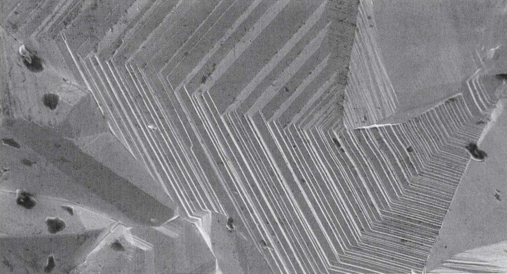 Osmium bildet beim Kristallisieren einzelne Kristallstufen, die unter dem Mikroskop die spätere Schnittlinie bestimmen.