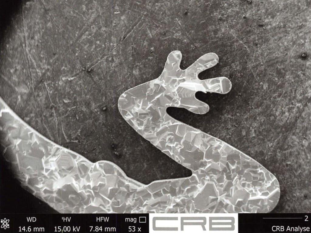 Die Schnittlinie eines Osmiumsymbols wird unter dem Mikroskop vor dem Drahterodieren festgelegt.