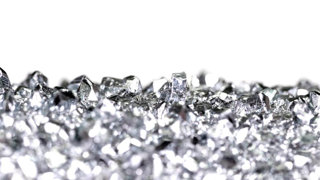Osmium besitzt eine kristalline Oberfläche, deren Kristalle unter dem Mikroskop funkeln