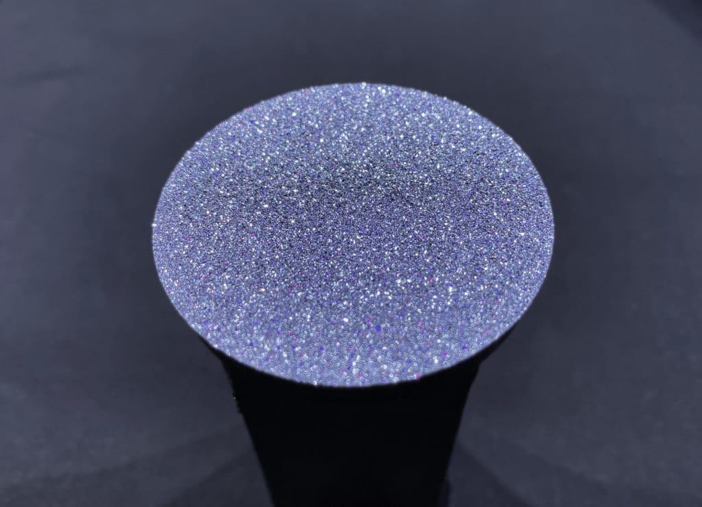 Eine Osmium-Disk wird in ihrer flachen Krsitallstruktur gezeigt
