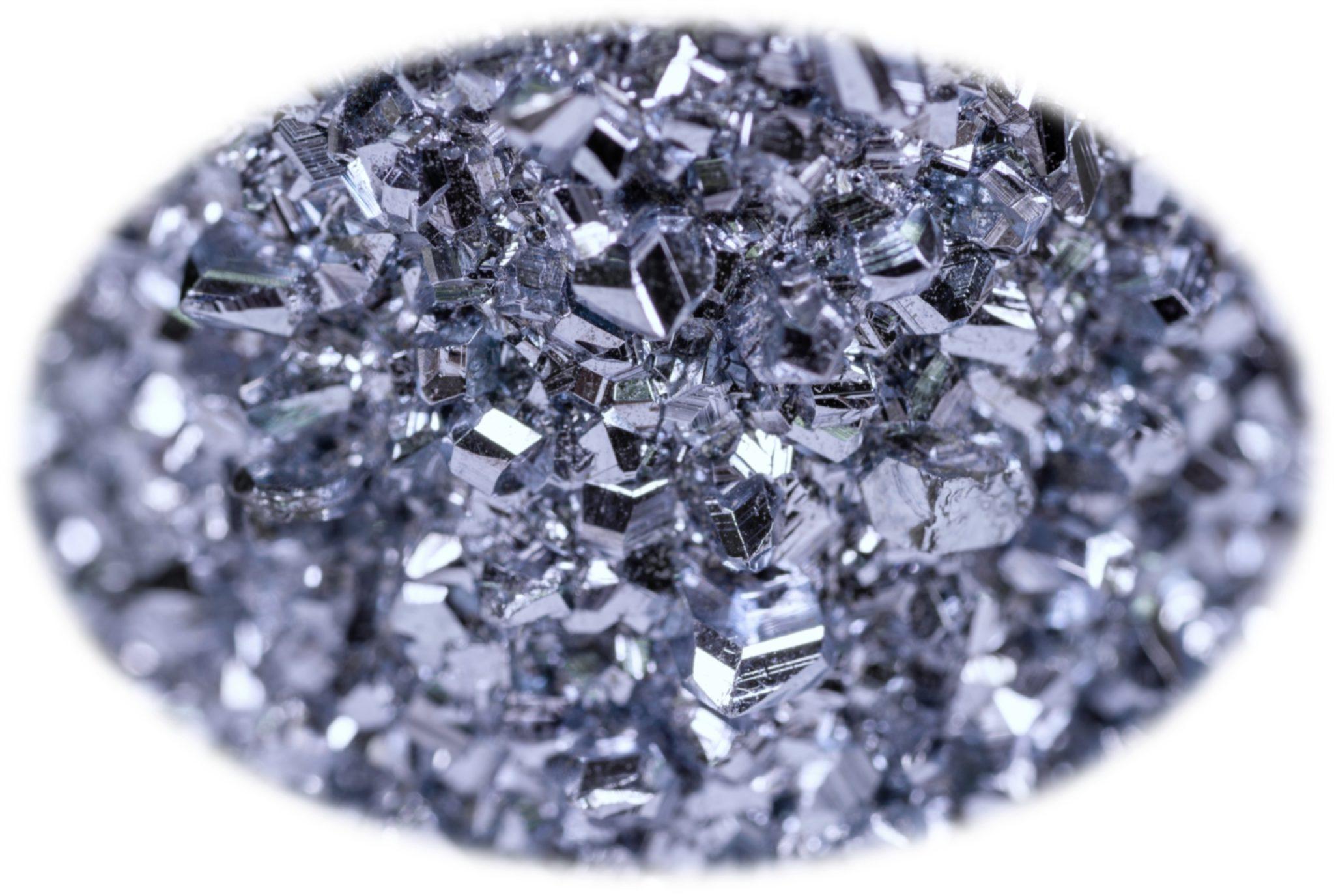 Kristalle vom Edelmetall Osmium unter dem Mikroskop