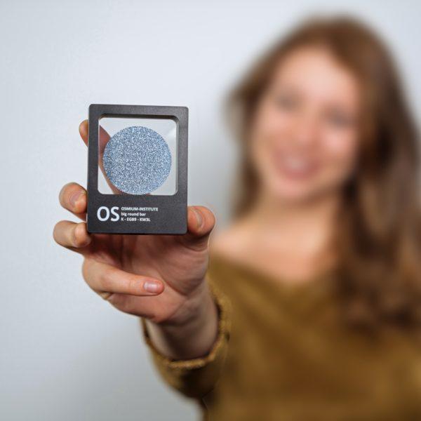 Eine Osmium-Disk wird in einer Produktpräsentation gezeigt