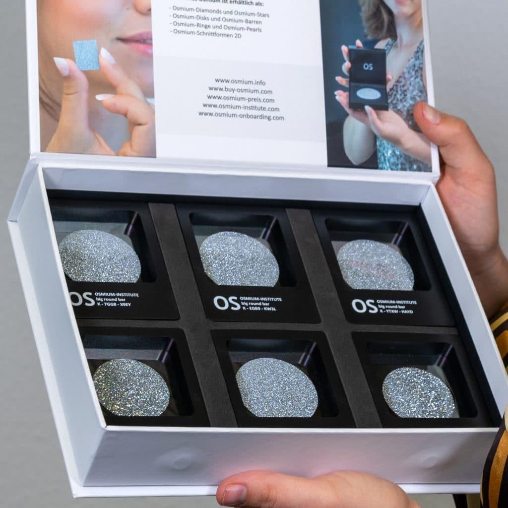 Mehrere Osmium-Produkte in Form einer Disk befinden sich einsortiert in einer Box