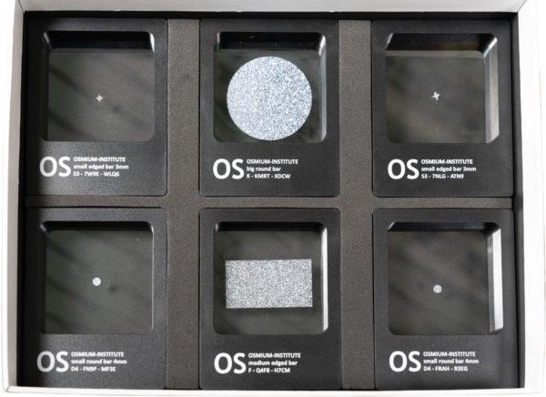 Mehrere Osmium-Produkte in einer Box nebeneinander als Sachwertanlage