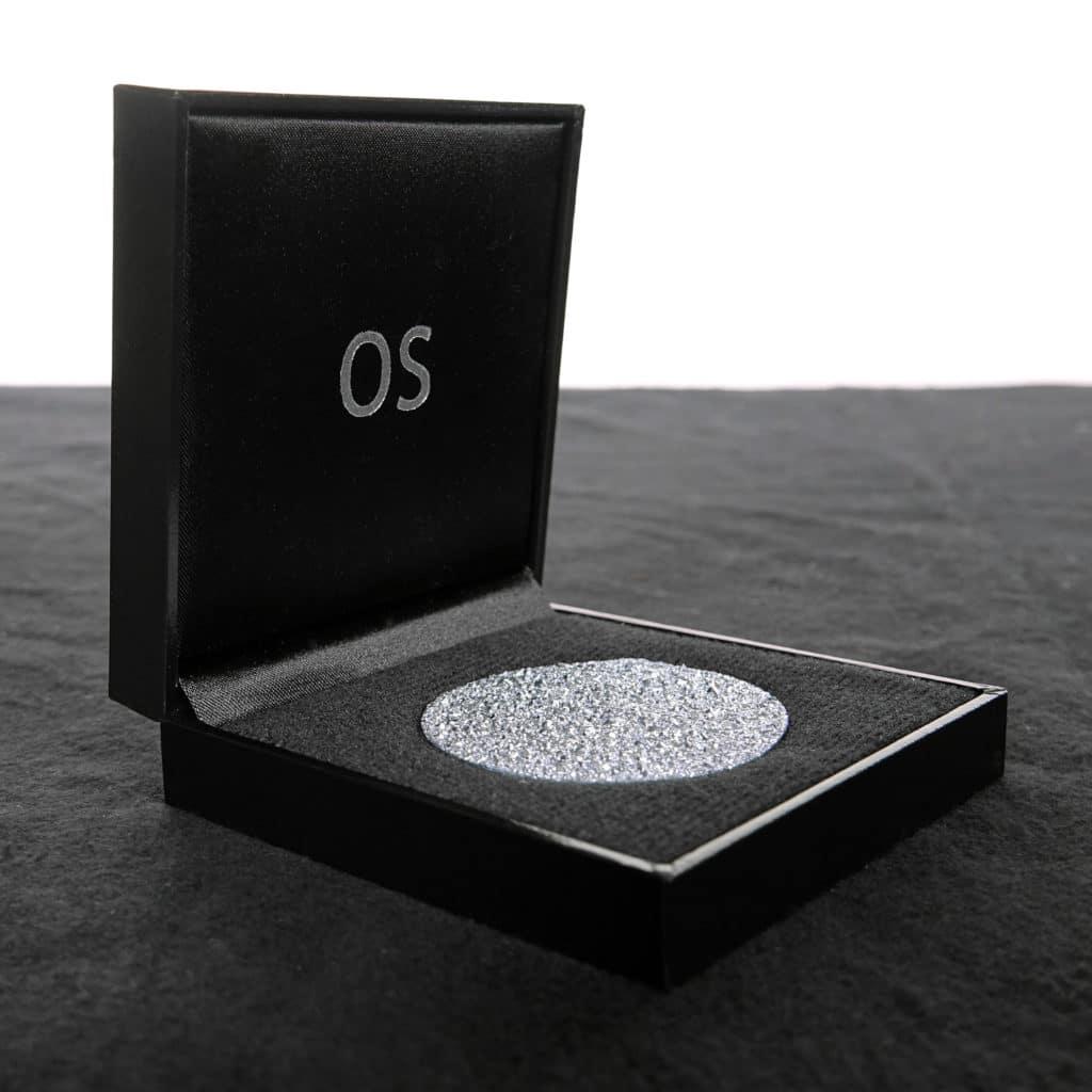 Hochpreisige Osmium-Produkte, wie eine Disk, liegen verwahrt in einer schwarzen Schatulle