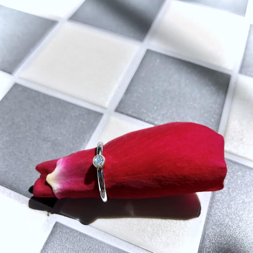 Ring mit Osmium-Diamond zur Verlobung
