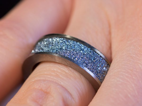 Osmium Produkt Schmuck Fingerring wird getragen