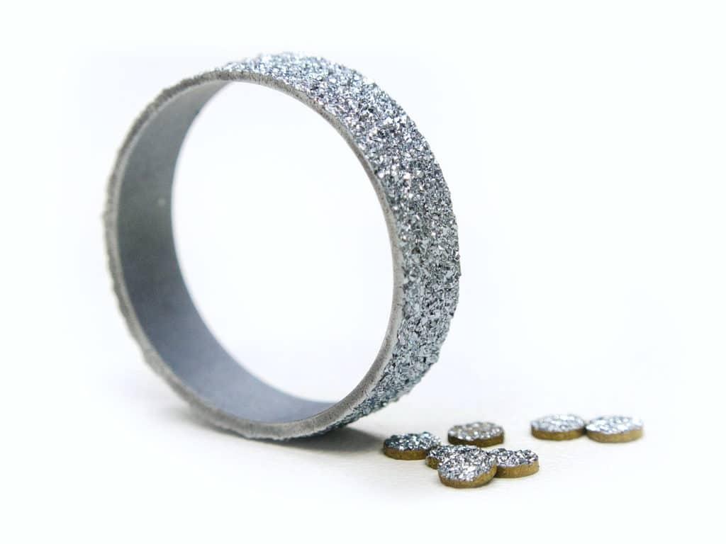 Der Osmium-Ring wird aus einem kristallinen Rundbarren gebildet
