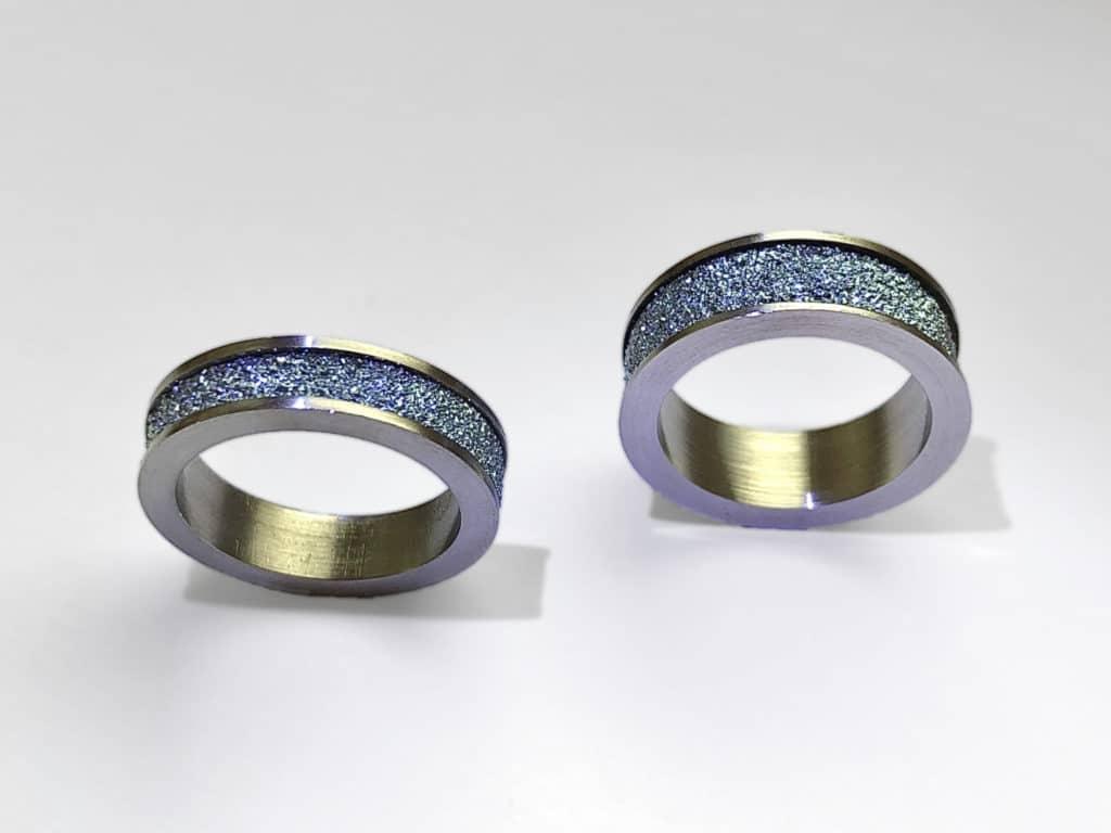 Zwei Osmium Produkte und Schmuckstücke in Form von Damenringes nebeneinander