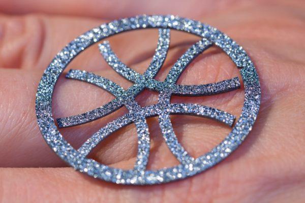 Osmium Produkt Symbol Kreis in Hand