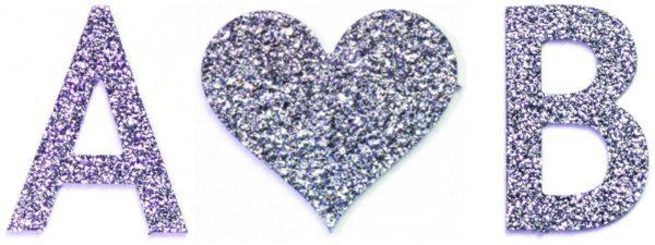 Als Geschenk werden Anfangsbuchstaben und ein Herzchen aus Osmium kombiniert