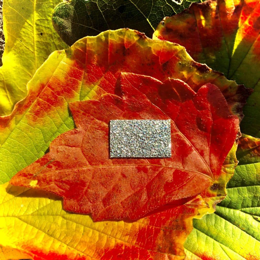 Ein Barren aus Osmium besteht aus dem reinen, natürlichen Element in kristalliner Form.