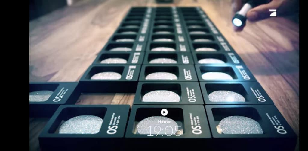 Mehrere Disks aus Osmium liegen aneinandergereiht als kostbares Edelmetallinvestment auf einem Tisch.