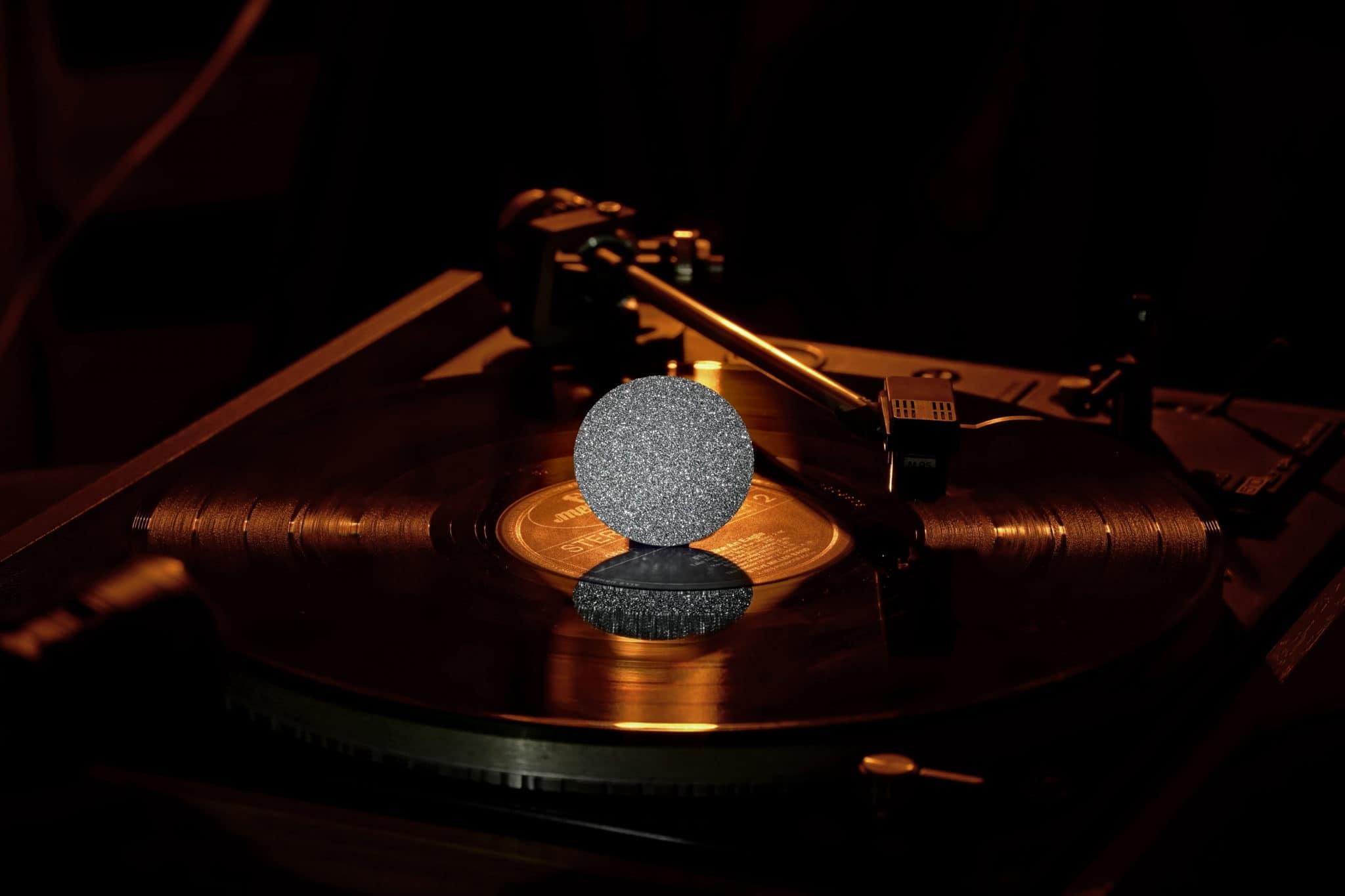Eine Osmium-Disk steht auf dem Plattenspieler und glänzt als Star im Portfolio