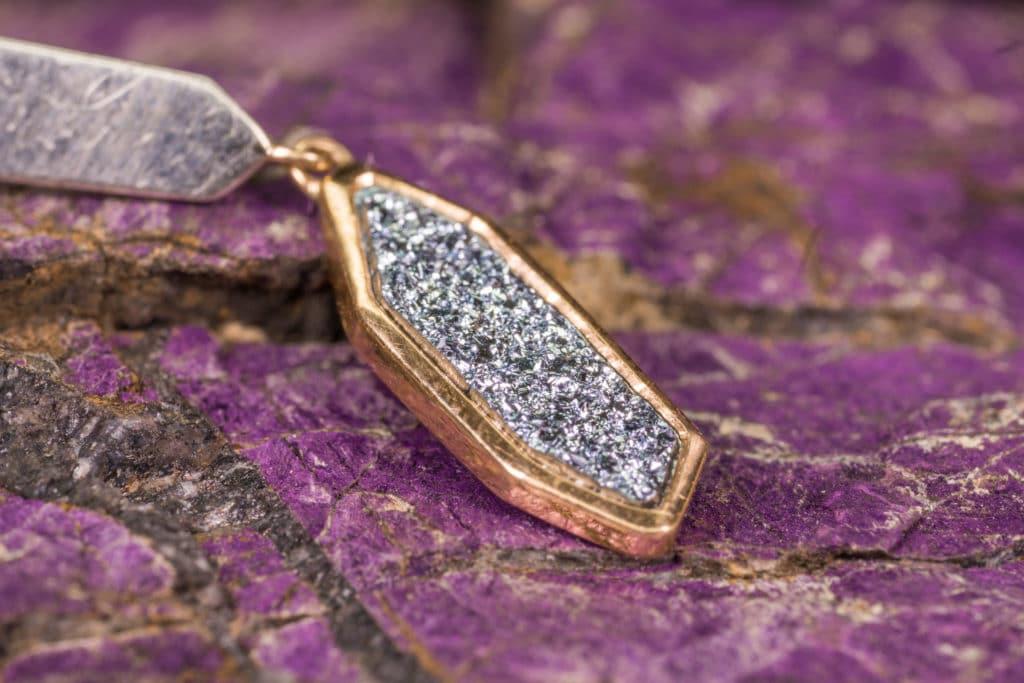 Osmium in Gold eingefasst in einer abstrakten Kette lässt Juweliere kreativ werden.