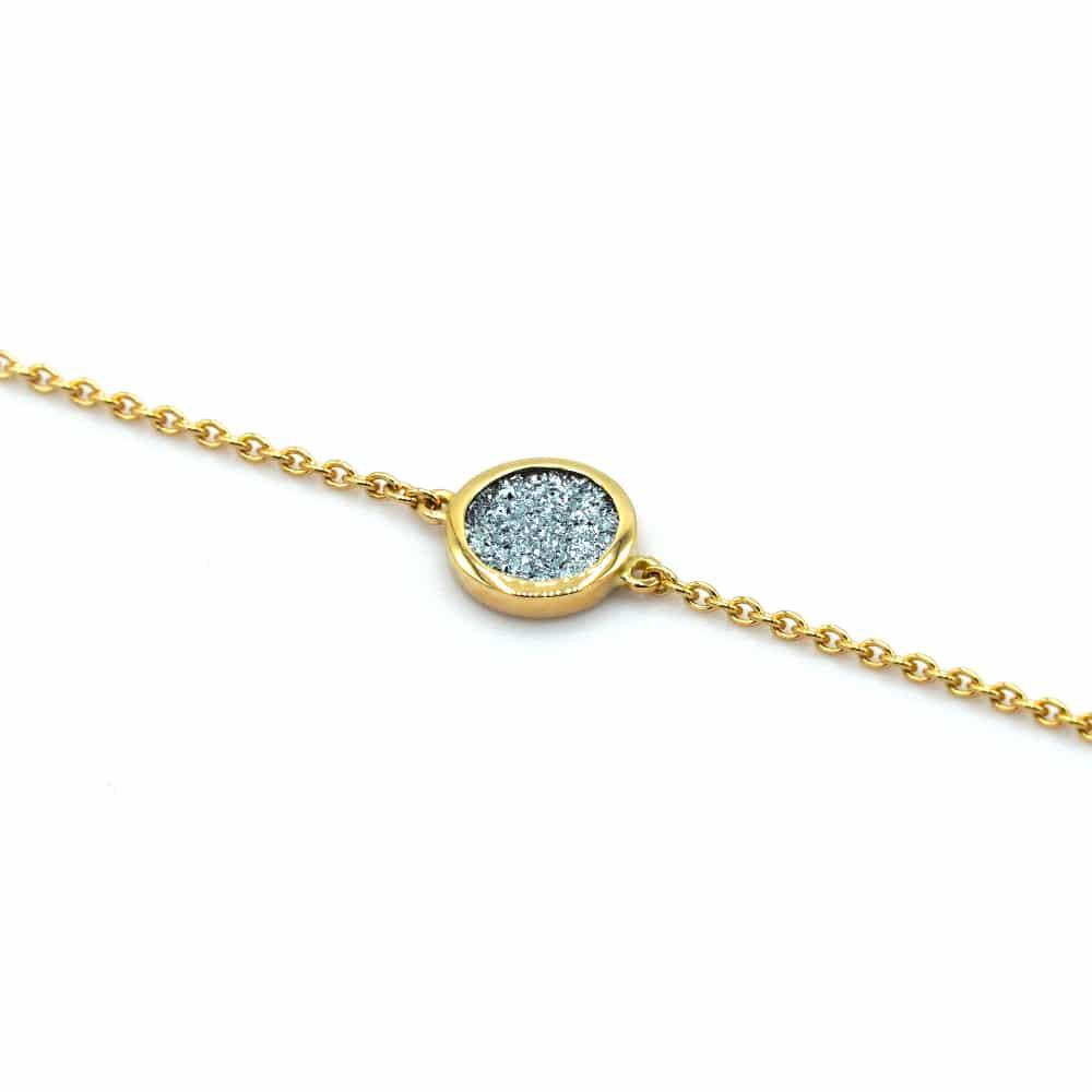 Ein goldenes Armband mit einem runden schlichten Osmium-Einsatz