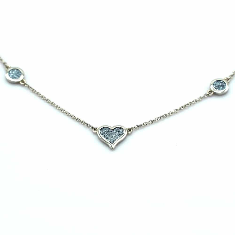 Ein helles Platincollier mit Osmiumeinsätzen, bestehend aus einem Herz und zwei Diamonds