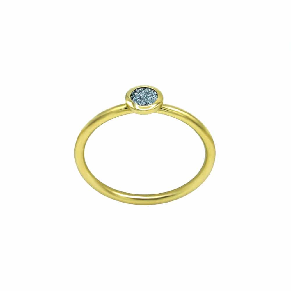 Ein goldener Fingerring als Schmuckstück mit Osmium-Diamond eingearbeitet