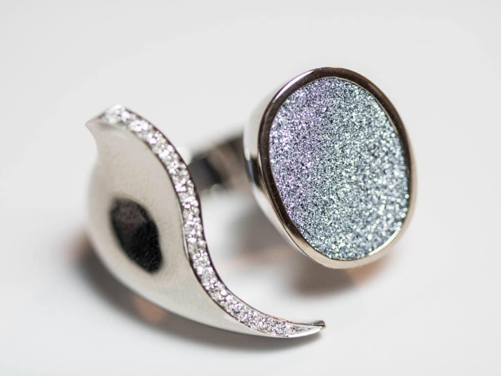 Der Ring zeigt Diamanten und Osmium in unmittelbaren Vergleich innerhalb eines Schmuckstückes
